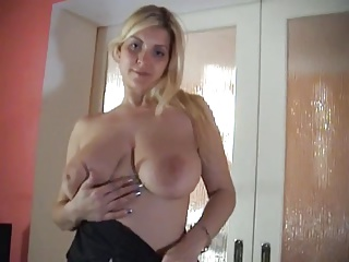 Golden chunky tits fingers her self